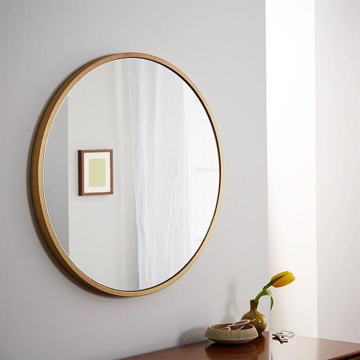 круглое зеркало в золотом цвете в раме в ванную